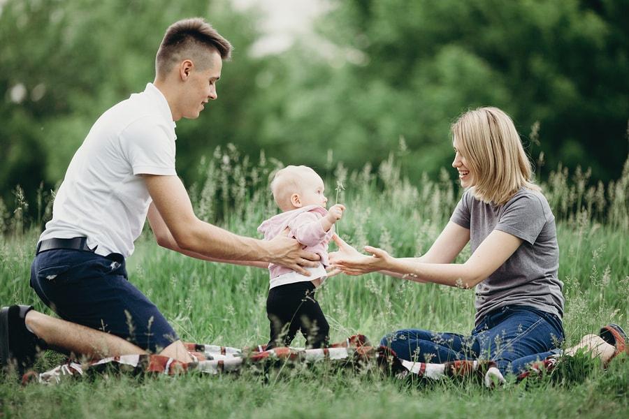 Baby gaat leren lopen en zet eerste stapjes