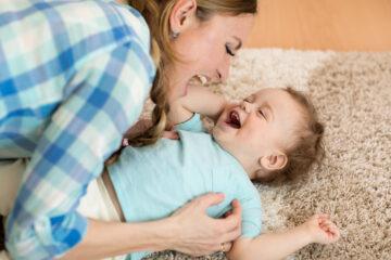 Moeder knuffelt met stotterende peuter