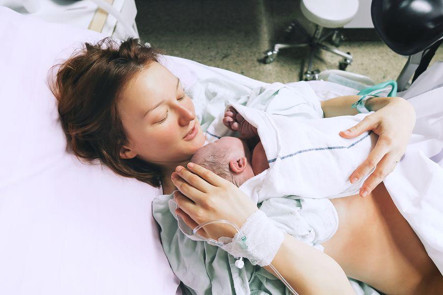 Net bevallen vrouw in ziekenhuis, gynaecoloog begeleidde bevalling