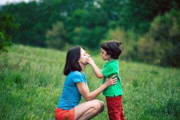 Stotterende peuter communiceert met moeder