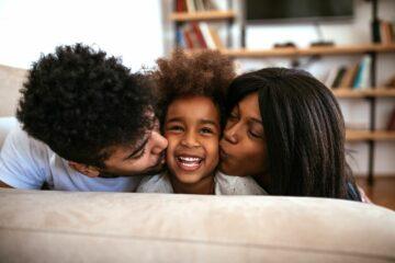 belonen, ouders knuffelen peuter