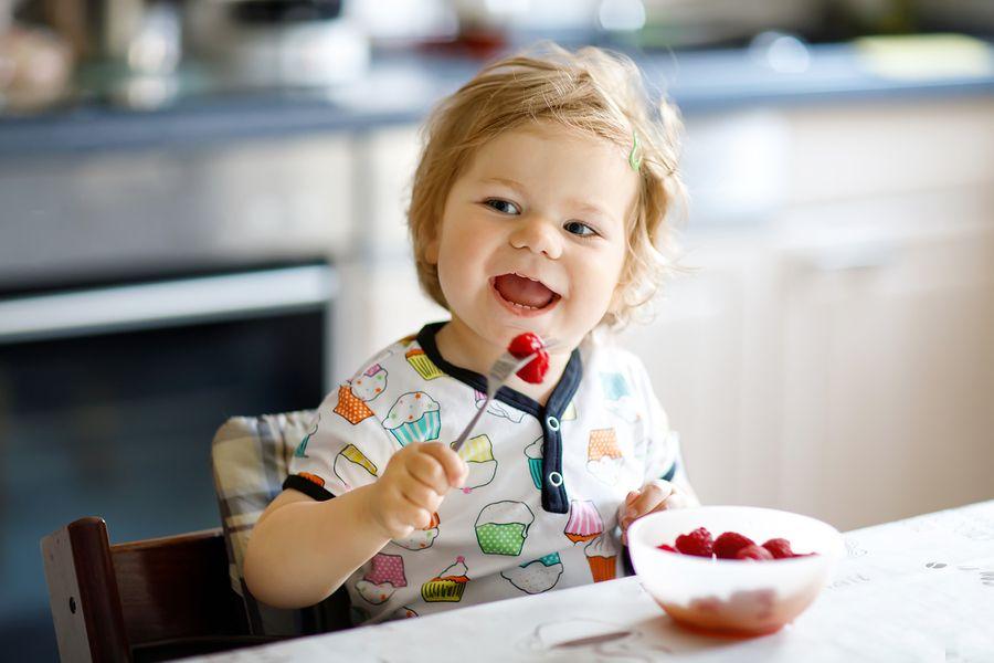 peuter die gezonde snack eet