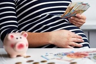 Zwangere vrouw spaart voor de komst van haar baby