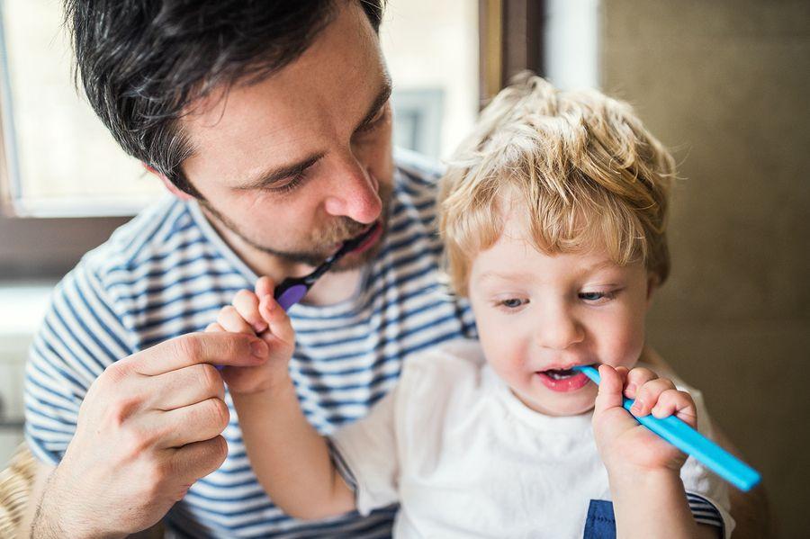 Peuter en vader poetsen tanden bij wisselende tandjes