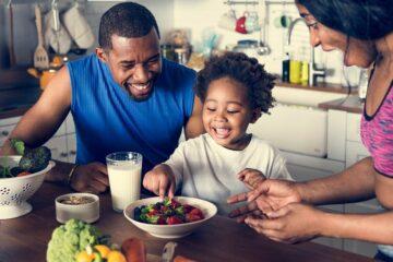gezin met peuter eet samen gezond ontbijtje
