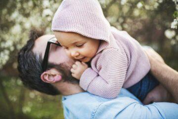 Vader knuffelt peuter zonder hechtingsstoornis