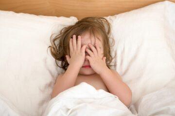 Peuter ligt in bed en heeft een nachtmerries