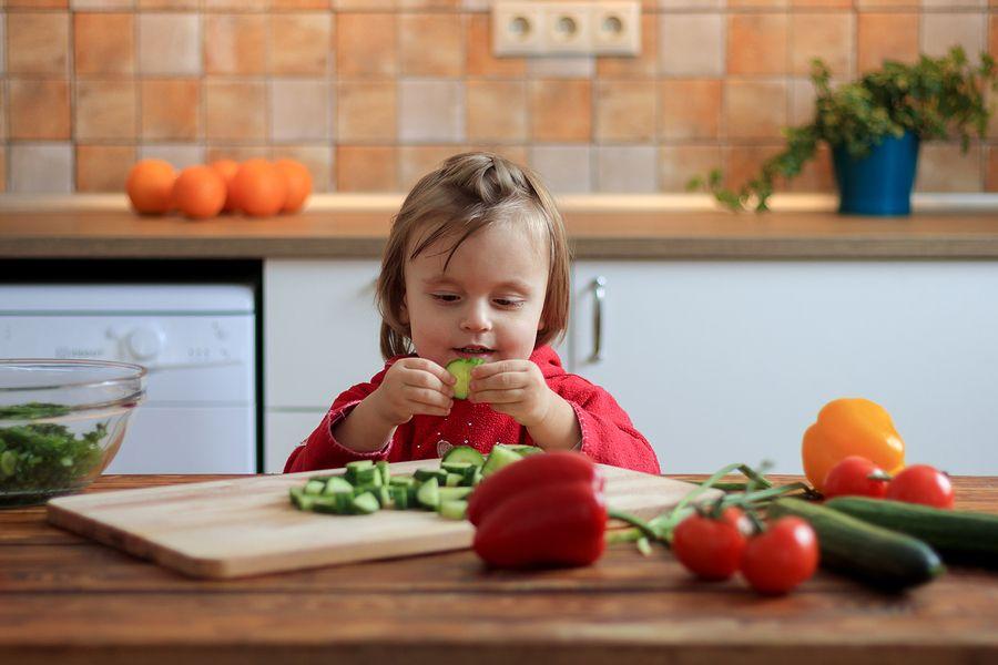 Peuter eet groenten