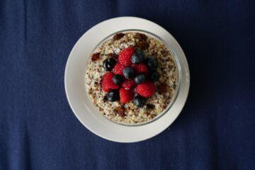 Gezond ontbijt peuter: Quinoa-kokos pap met bosvruchten