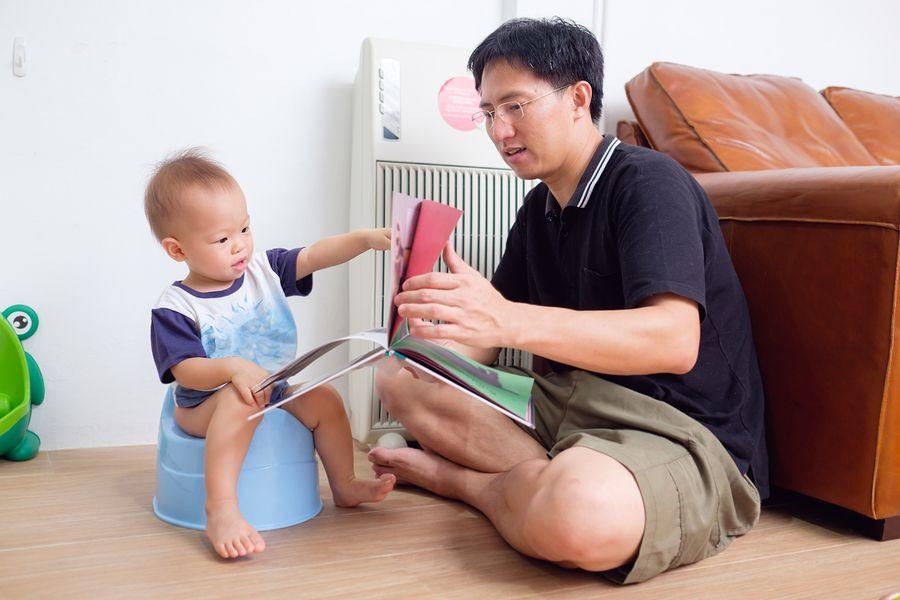 Vader helpt peuter met zindelijkheidstraining