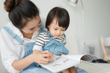 Moeder is aan het voorlezen aan haar peuter