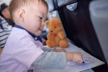 peuter tekent in vliegtuig