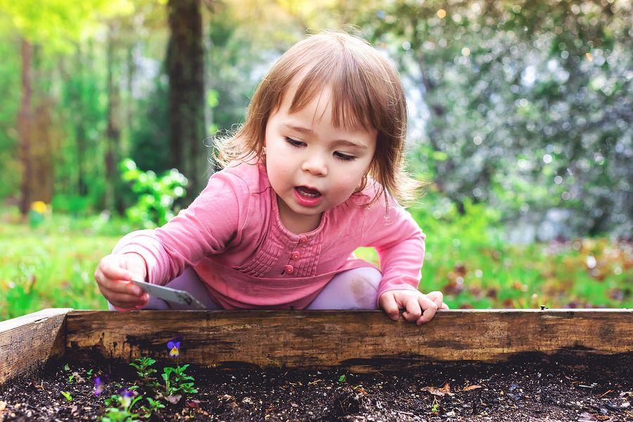 Kindje speelt in tuin en vermijdt hopelijk giftige planten
