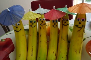 Kindertraktatie banaan met gezichtje en feestmuts