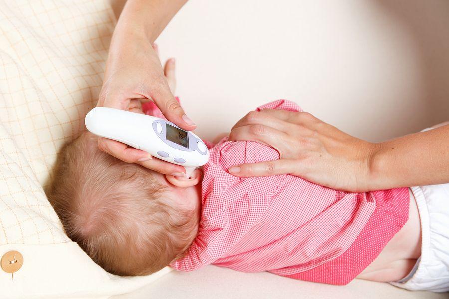 temperatuur wordt met oorthermometer gemeten bij baby