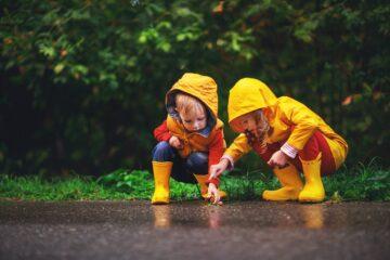 Kinderen zijn aan het buitenspelen en maken een herfstsoepje