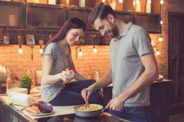 Date ideeën voor ouders: koppel kookt samen in de keuken