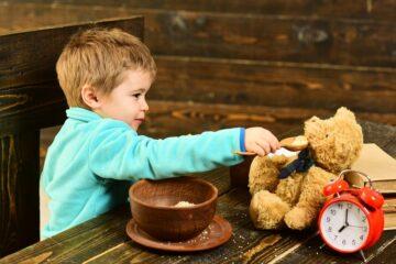 Klein jongetje voert zijn teddybeer