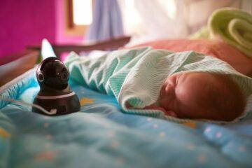 Baby slaapt met webcam in zijn bedje