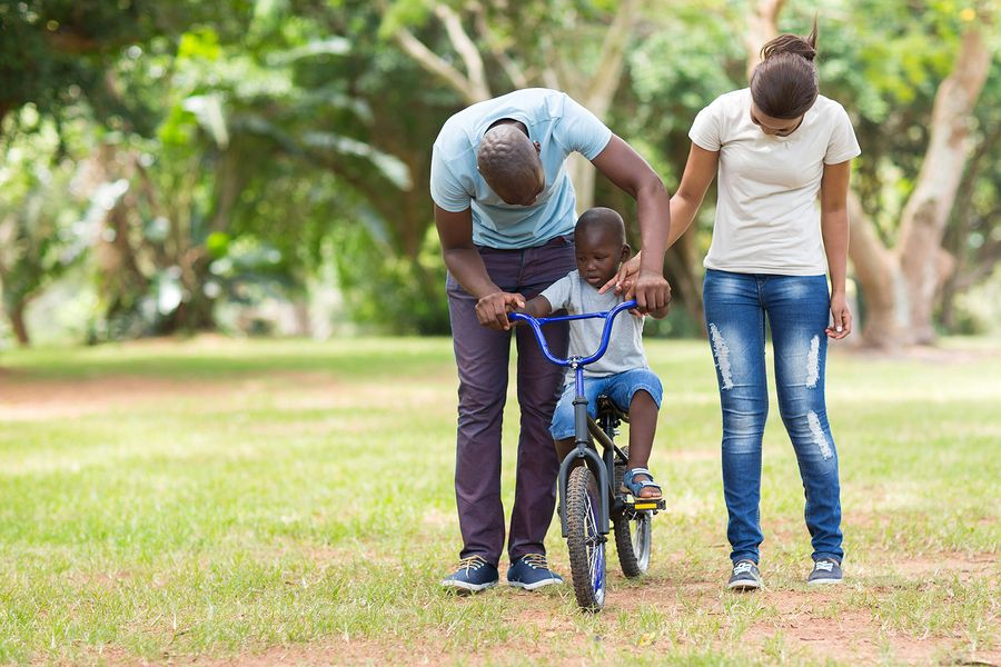 Ouders helpen hun kindje te leren fietsen