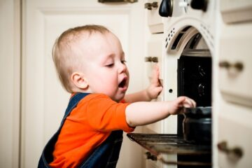 Kindje raakt oven aan en krijgt brandwond