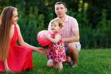 Babyspelletjes 19 maanden overrollen met bal