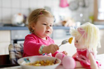 Babyspelletjes 23 maanden knuffel eten geven