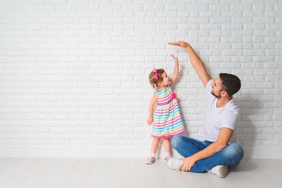 Vader meet dochter om groei bij te houden op groeicurve kind