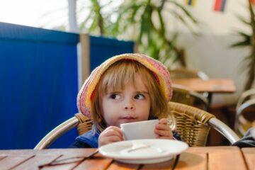 Peuter volgt voedingsadviezen en drinkt melk
