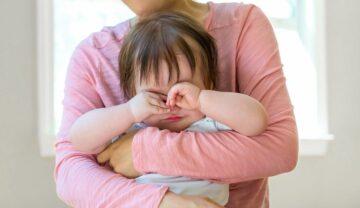Peuter huilt in mama's armen vanwege de dood van een dierbare