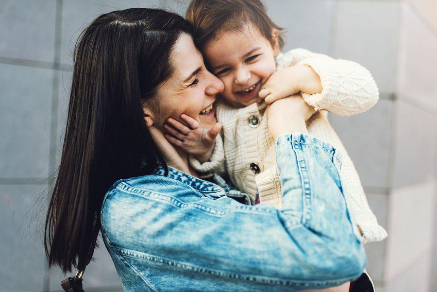 Peuter met gezond BMI kind knuffelt met moeder