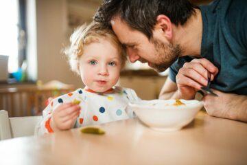 Peuter en vader volgen voedingsadviezen en eten samen