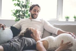 Zwangere vrouw denk na over zorgverzekering