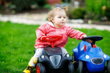 peuter rijdt op tractor met denkbeeldig vriendje