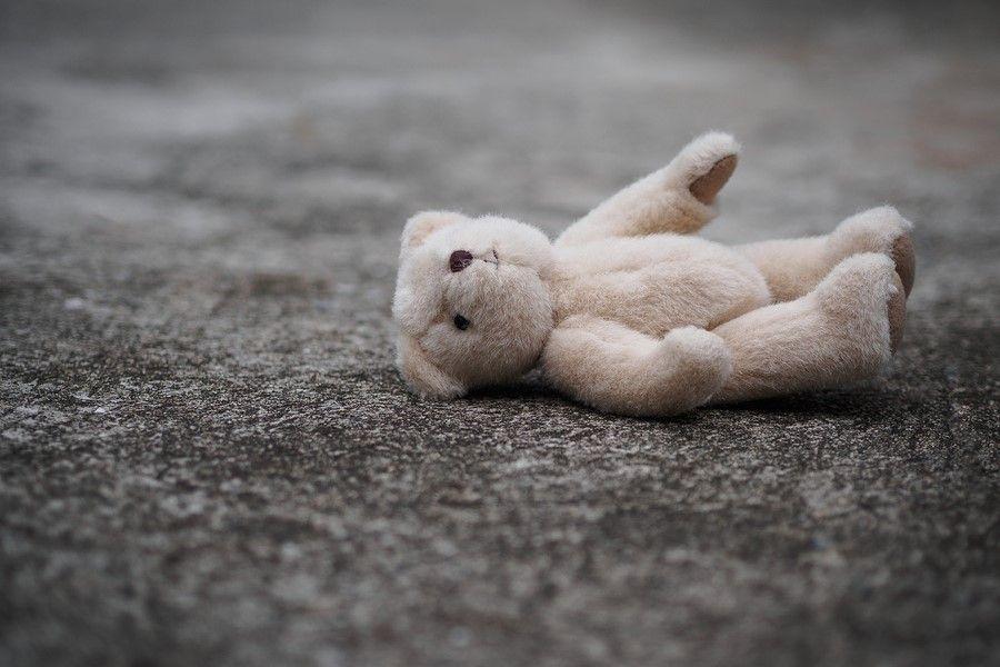 Achtergelaten teddybeer symboliseert het concept van kindermishandeling
