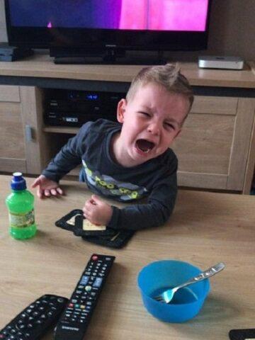 Peuter huilt want hij wil geen appel