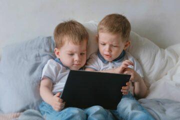 Peuters spelen samen met kindertablet