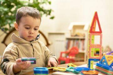 Peuter speelt met magnetisch speelgoed voor peuters van 3 jaar