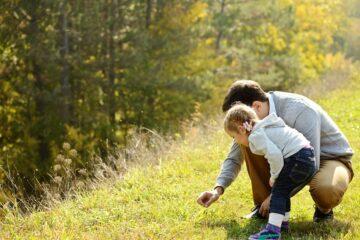 Vader en dochter zoeken en sorteren dezelfde kleuren