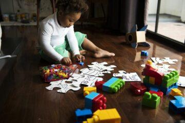 Peuter speelt met uitdagende legpuzzel