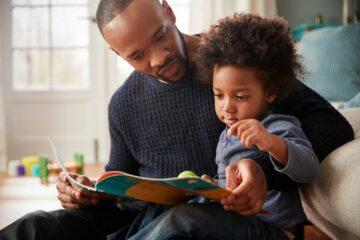 Peuterspeelgoed 2 jaar: samen speelse boekjes lezen met papa