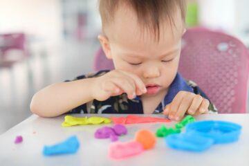 Peuter speelgoed: jongetje speelt met klei
