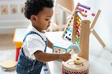 Peuter speelt met speelgoed muziekinstrument