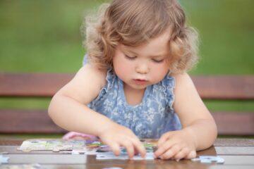 Peuter speelt met speelgoed voor 2 jaar: een puzzel