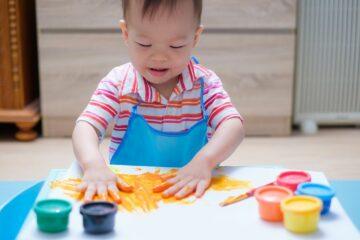 Peuter speelt met speelgoed voor 2 jaar: vingerverf