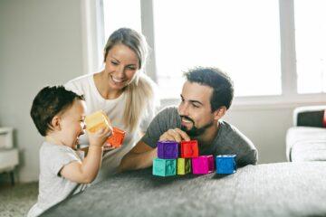 Peuter speelt met ouders met speelgoed voor kindje van 2 jaar