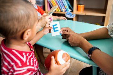 Peuter speelt met letters en leert het alfabet