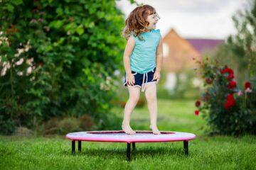 Peuter speelt op de trampoline