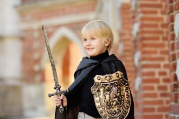 Peuter is verkleed als ridder