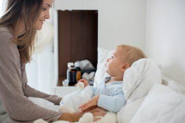 Moeder zorgt onder werktijd voor haar zieke kind dankzij zorgverlof